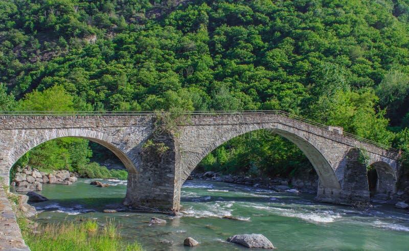 A ponte medieval de Echallod em Arnad, sobre o baltea do dora do rio no Vale de Aosta/Itália foto de stock