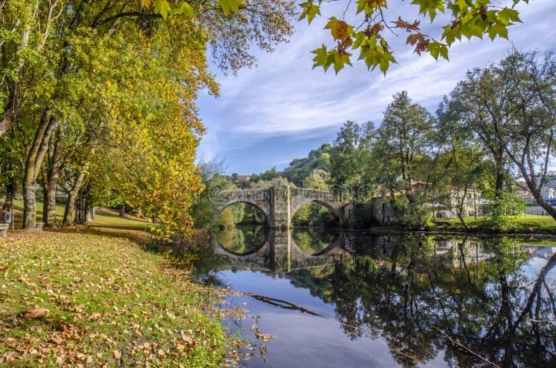 Ponte medievale sopra il fiume di Arnoia a Allariz, Ourense, Spagna, dentro fotografia stock libera da diritti