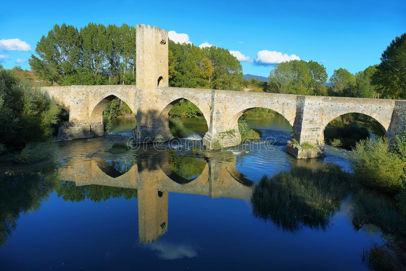 Ponte medievale sopra il fiume Ebro in Frias, Burgos, Spagna fotografia stock libera da diritti
