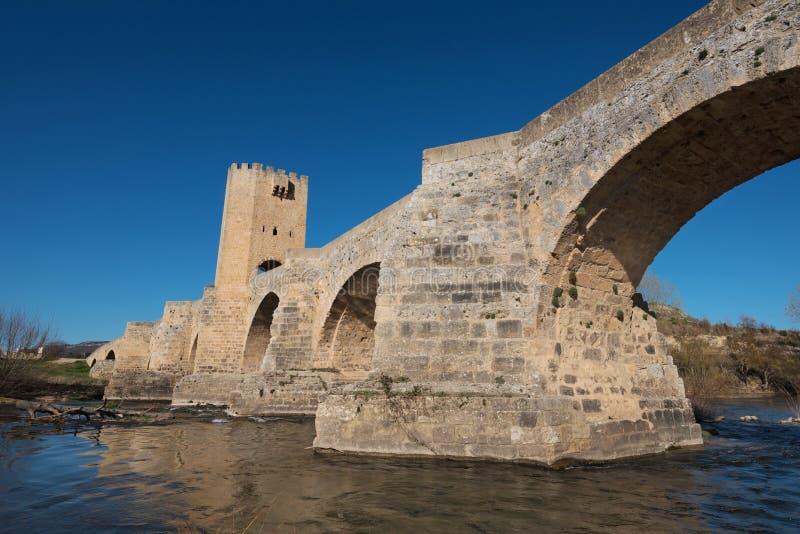 Ponte medievale sopra il fiume Ebro in Frias, Burgos, Spagna fotografie stock