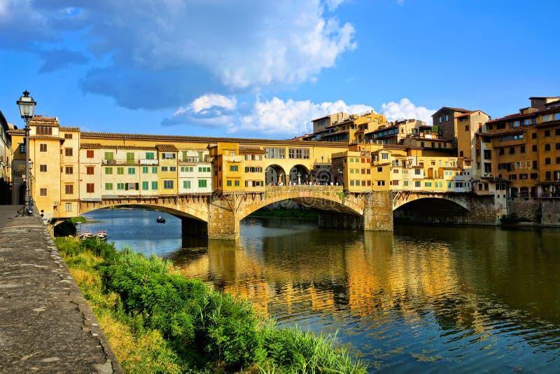 Ponte medievale Vecchio con le riflessioni, Firenze, Toscana, Italia fotografia stock libera da diritti