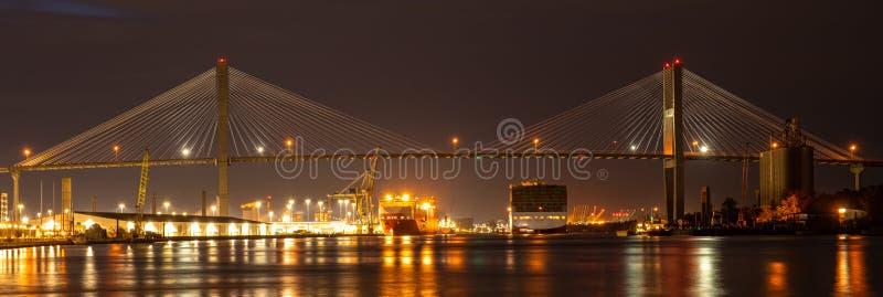 A Ponte Memorial Talmadge é uma ponte nos Estados Unidos que atravessa o rio Savannah entre o centro de Savannah, Geórgia e foto de stock royalty free