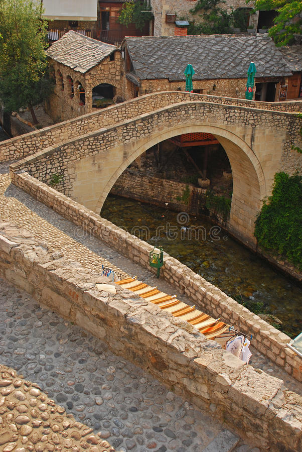 A ponte menor de Mostar chamou Kriva Cuprija sobre a angra de Rabobolja imagem de stock royalty free
