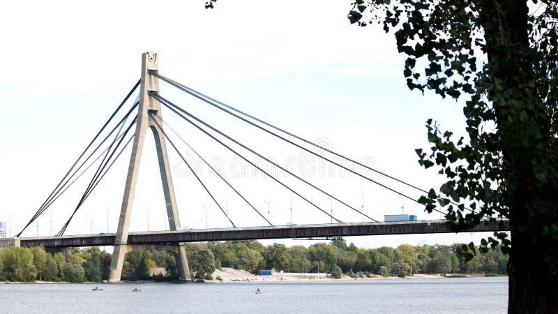 Ponte moderna acima do rio fotos de stock