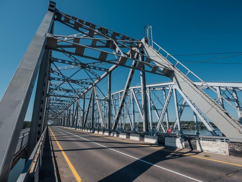 Ponte moderna com estrutura da construção do aço ou do metal foto de stock royalty free
