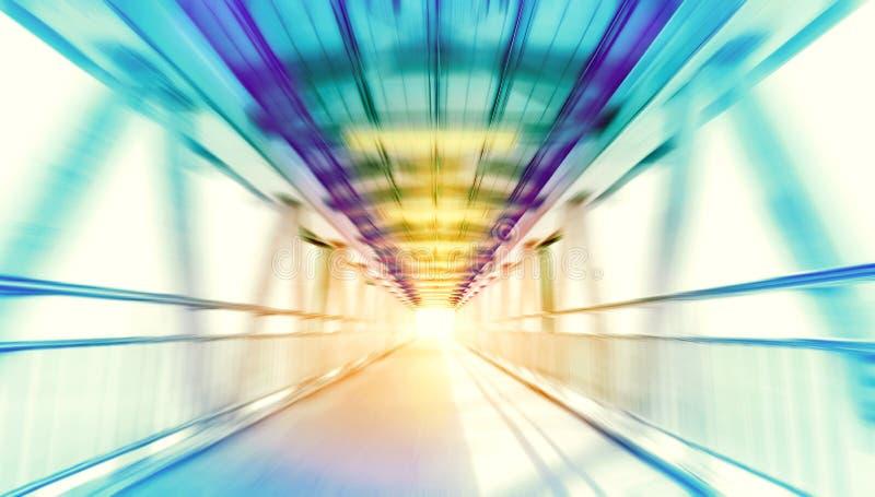 A ponte moderna da estrutura do metal no movimento da velocidade borrou o fundo fotografia de stock