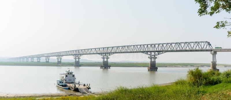 Ponte moderna em Magway, Myanmar Está juntando-se entre o distrito de Minbu e de Magway, sobre o rio de Irrawaddy fotos de stock royalty free
