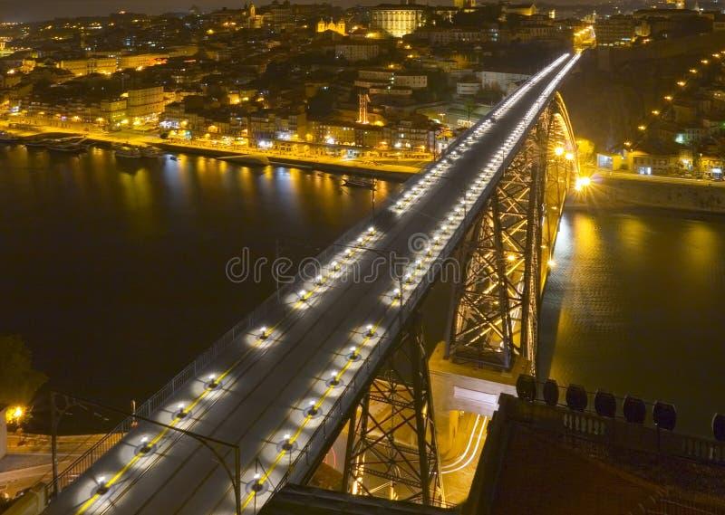 Ponte moderna grande no nighttime imagem de stock royalty free