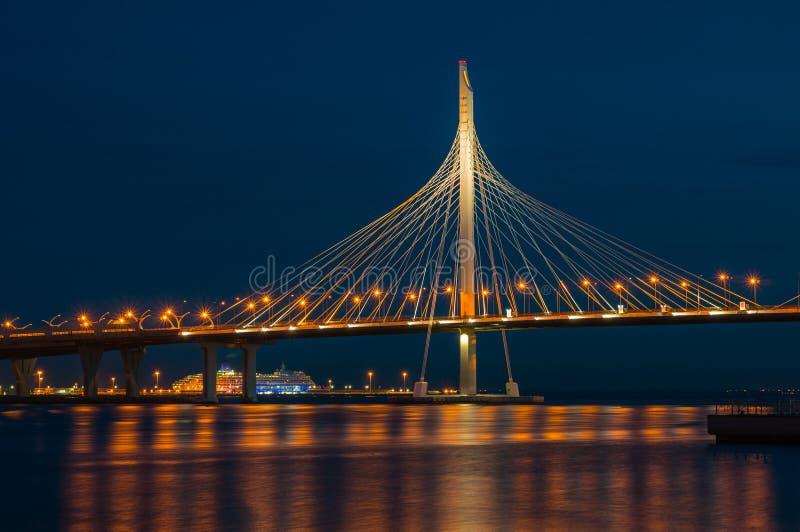 Ponte moderna na noite Fragmento da ponte de Vantovy através do fairway de Petrovsky St Petersburg, R?ssia Foto longa da exposi?? imagens de stock royalty free