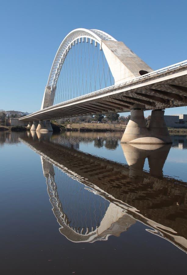 Ponte moderna sobre o espelho do rio de Guadiana foto de stock