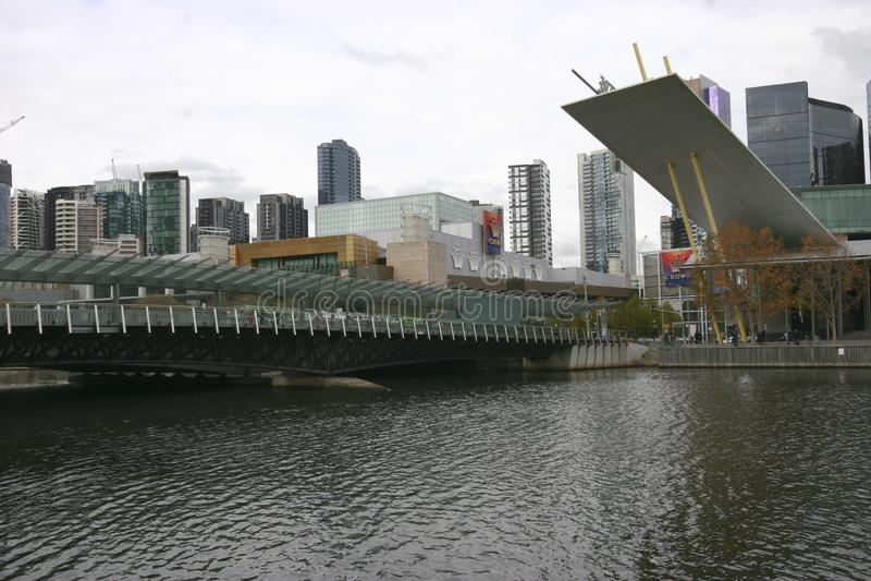 Ponte moderno con paesaggio urbano costiero dei grattacieli sul fiume di Yarra, molo del sud, Melbourne, Victoria, Australia fotografia stock
