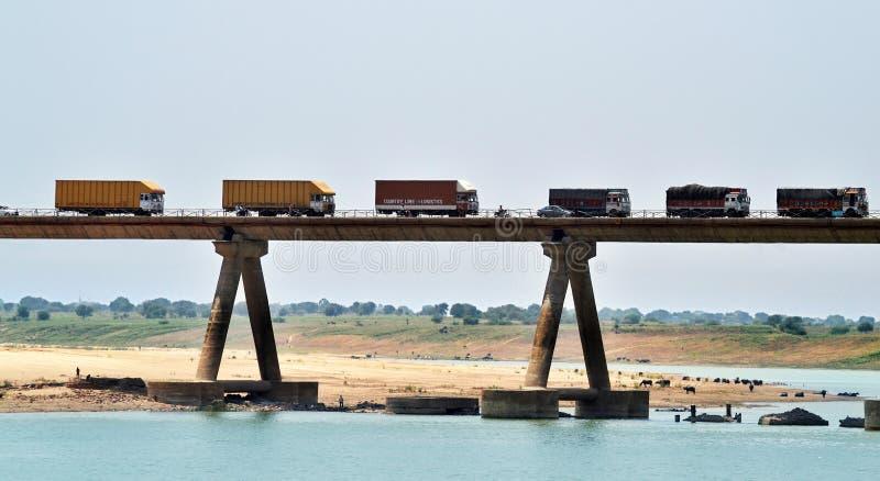Ponte molto lungo sopra il fiume chambal in India fotografia stock