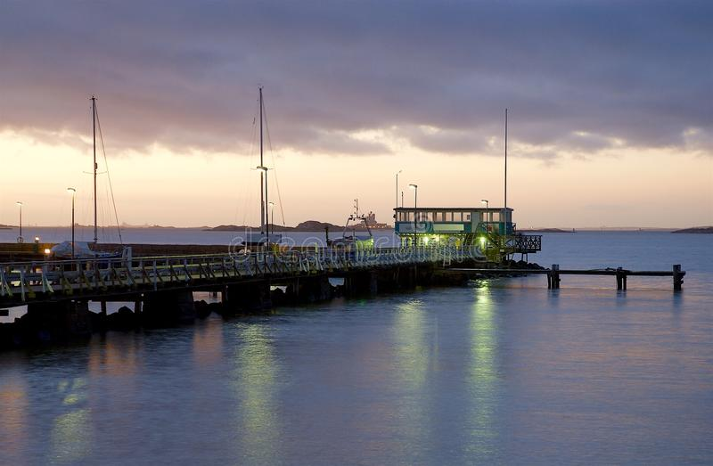 Ponte na noite na costa oeste na Suécia fotografia de stock