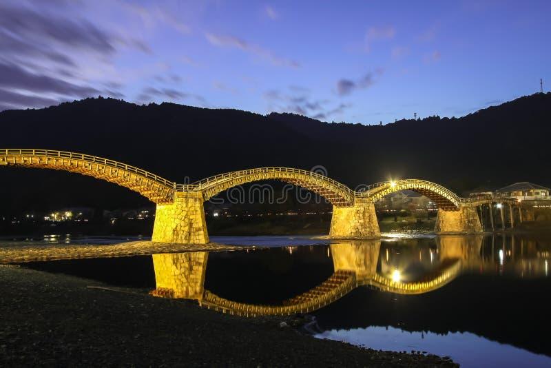Ponte na noite - Iwakuni de Kintai, Japão fotos de stock
