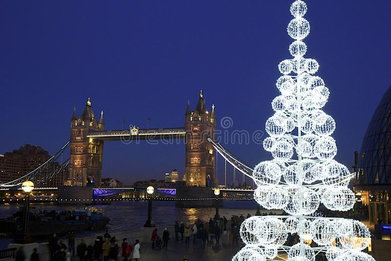 Ponte na noite, Londres da torre foto de stock