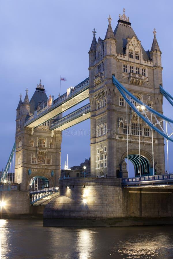 Ponte na noite, Londres da torre, Reino Unido imagem de stock