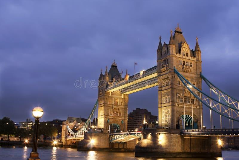 Ponte na noite, Londres da torre, Reino Unido fotos de stock royalty free