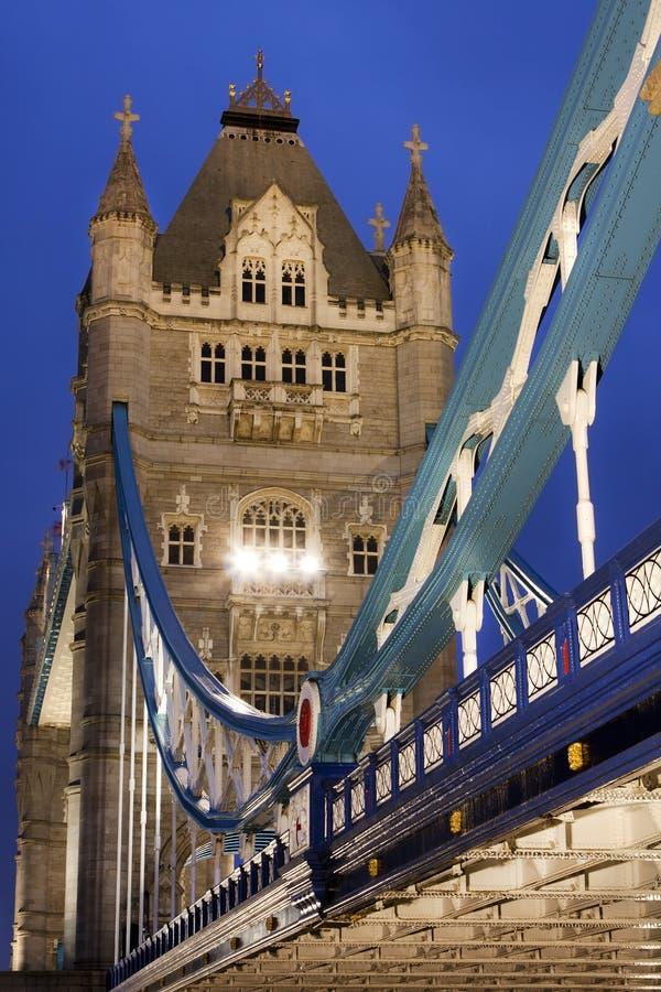 Ponte na noite, Londres da torre, Reino Unido imagens de stock