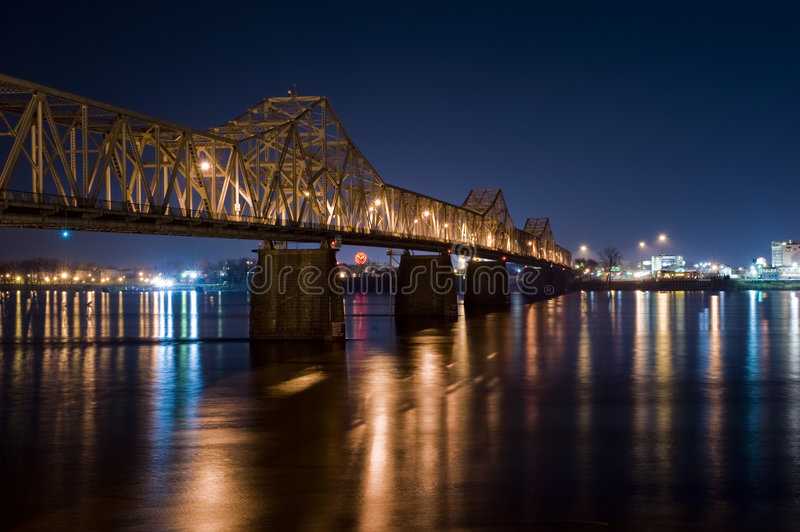 Ponte na noite Louisville Kentucky fotos de stock