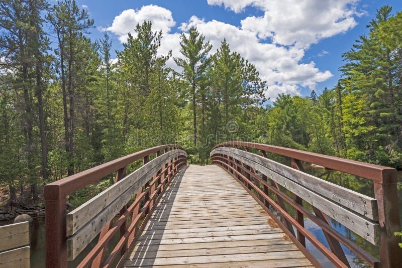 Ponte nas madeiras nortes fotografia de stock