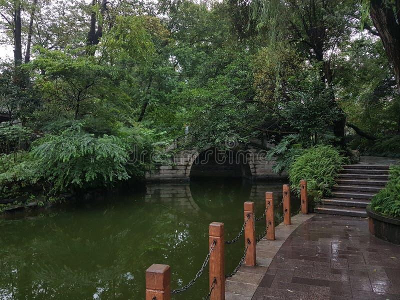 Ponte nascosto nel parco della gente di Chengdu fotografia stock libera da diritti