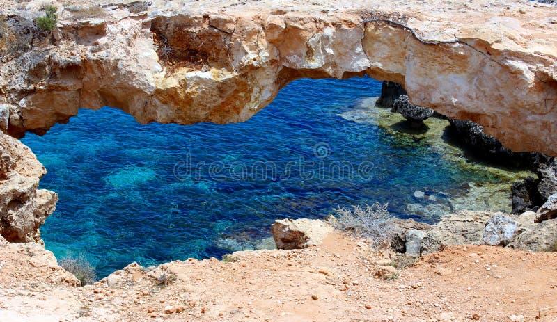 A ponte natural mundialmente famosa de cavernas do mar de Ayia Napa, Chipre imagens de stock