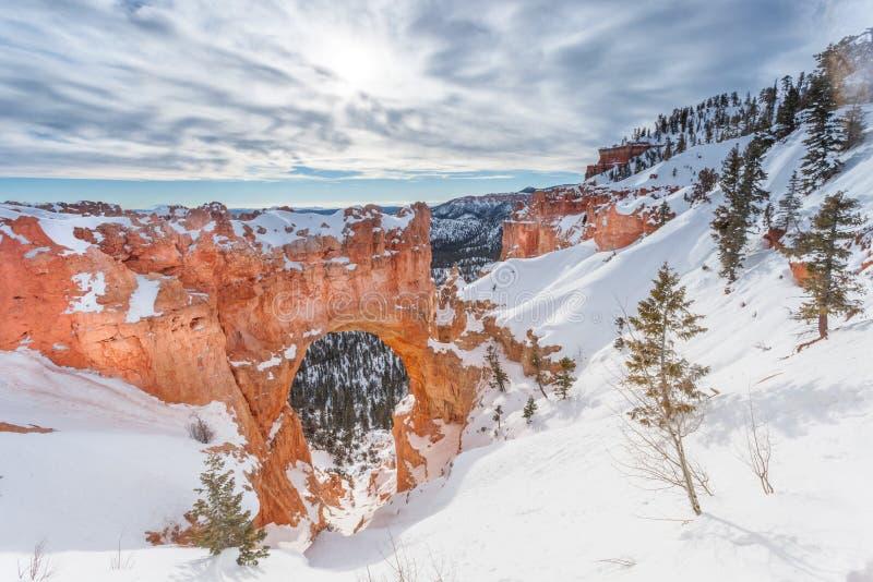Ponte natural no inverno em Bryce Canyon National Park foto de stock royalty free