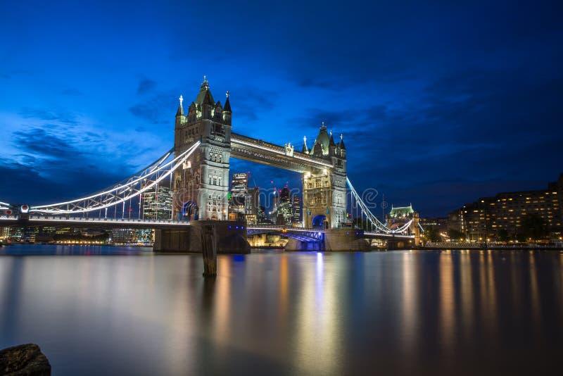 Ponte nella sera, Londra, Inghilterra della torre immagini stock