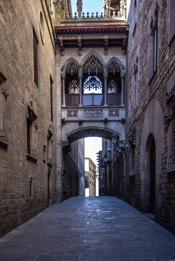 Ponte neogótica em Carrer del Bisbe em Barcelona imagens de stock royalty free