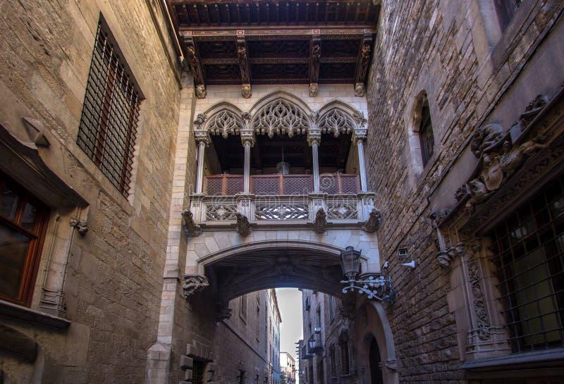 Ponte neogótica em Carrer del Bisbe em Barcelona imagem de stock royalty free