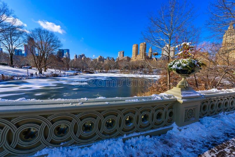 Ponte no inverno no dia ensolarado, Central Park da curva, Manhattan, New York City, EUA imagens de stock