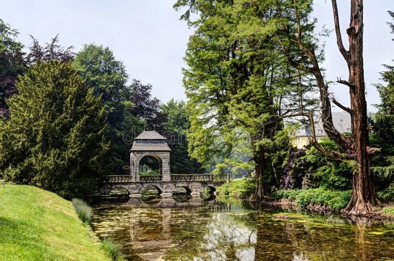 Ponte no jardim inglês, castelo Dyck do rio fotos de stock