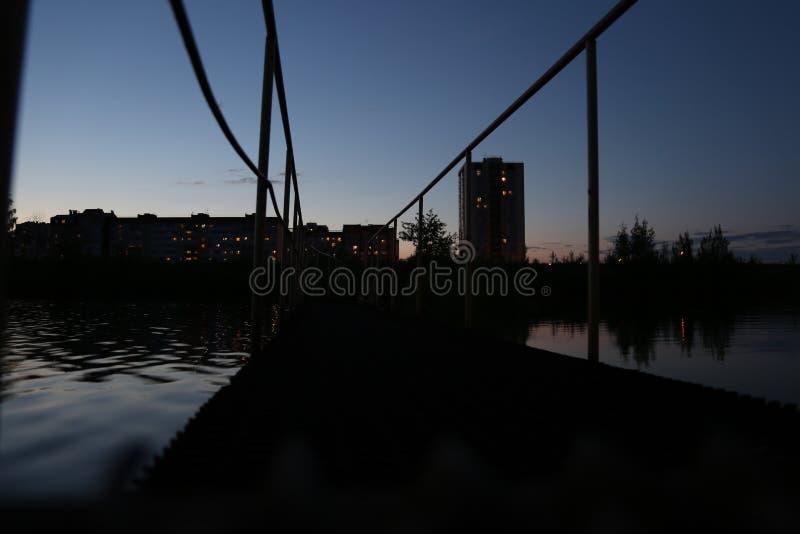 A ponte no lago foto de stock