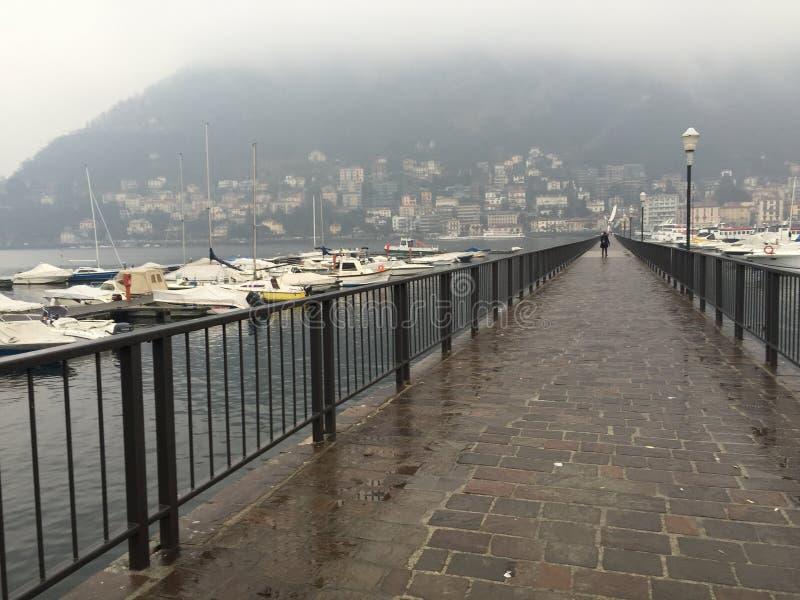 Ponte no lago em Itália fotografia de stock royalty free