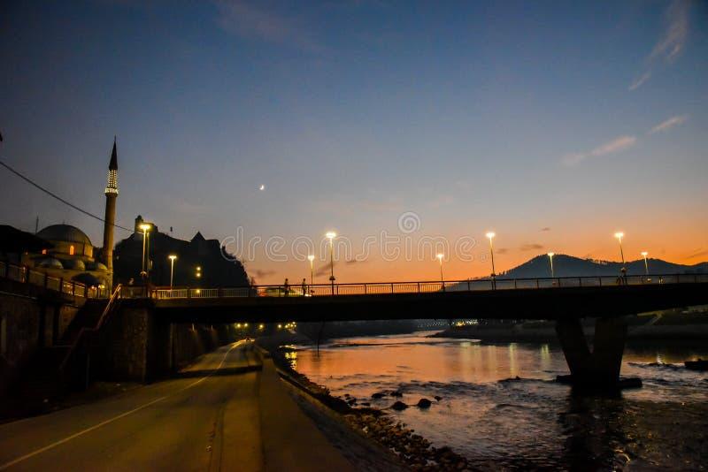 Ponte no nascer do sol e a mesquita de Kursumlija, a Bósnia e a Herzegovina fotos de stock