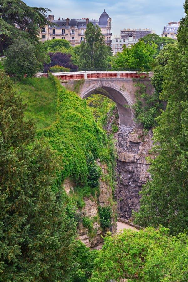 Ponte no parque Buttes Chaumont foto de stock royalty free