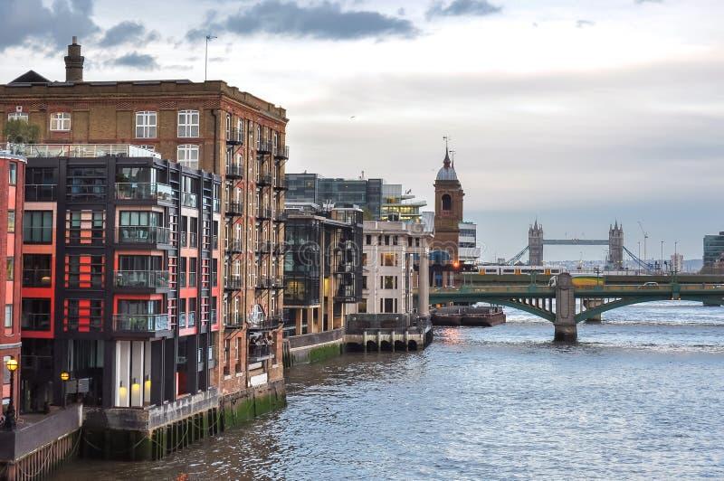 Ponte no por do sol, Londres de Thames River e de torre, Reino Unido imagem de stock