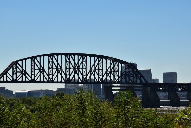 Ponte no rio com cidade do fundo e o céu azul imagem de stock royalty free