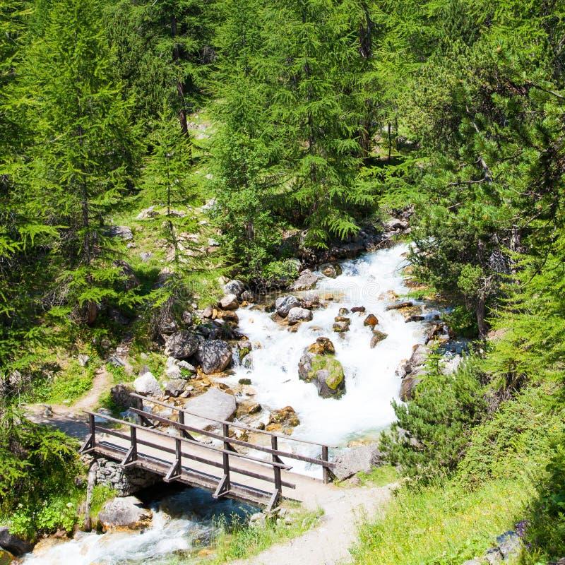 Ponte no rio da montanha fotos de stock royalty free