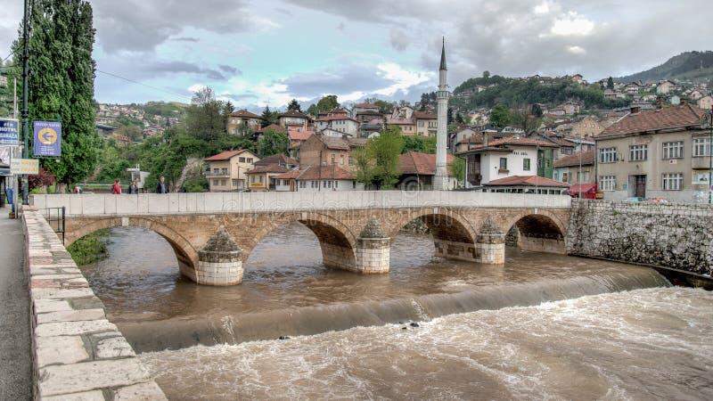 Ponte no rio de Miljacka em Sarajevo o capital de Bósnia e de Herzegovina foto de stock
