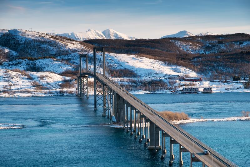 Ponte no tempo do dia Estrada e transporte Paisagem natural nas ilhas de Lofoten, Noruega imagem de stock
