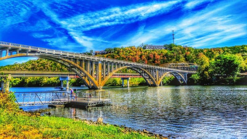 Ponte nova e velha de Taneycomo em Hdr foto de stock royalty free