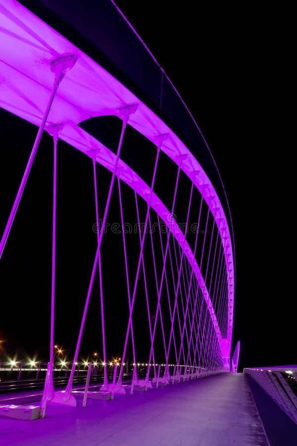 Ponte nova Pont de l 'Europa para a linha Strasbourg do bonde - Kehl conecta França e Alemanha Opinião da noite foto de stock