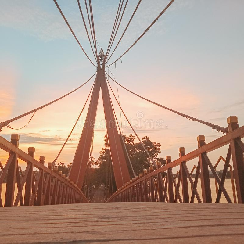 A ponte o por do sol imagens de stock