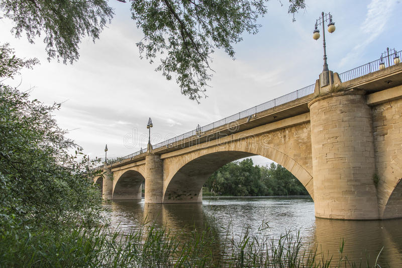 Ponte o San di pietra Juan Ortega Bridge sopra il fiume Ebro, Logr fotografia stock