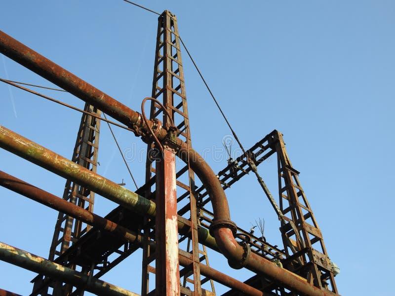 Ponte oxidada velha das tubulações de óleo fotografia de stock royalty free