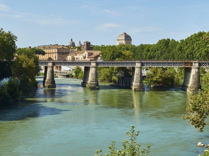 Ponte-palatino Brücke auf dem Tiber-Fluss von Rom Italien stockfotografie