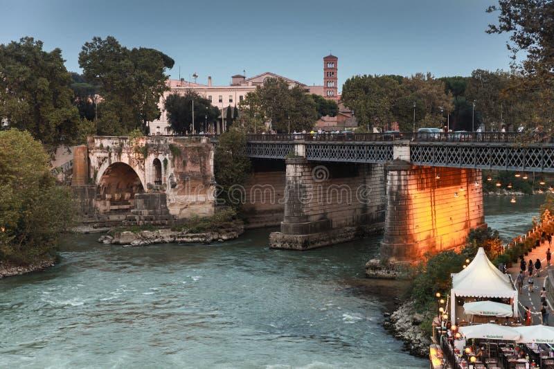 Ponte Palatino, un puente de piedra romano fotos de archivo