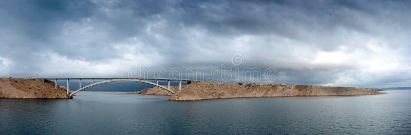 Ponte 'Paski most' croato e skyline drammatico immagini stock libere da diritti