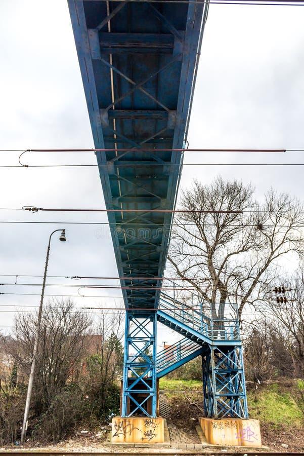 Ponte pedestre azul sobre a estrada de ferro imagens de stock